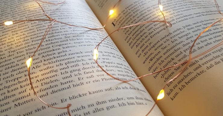 Buchseiten mit Lichterkette