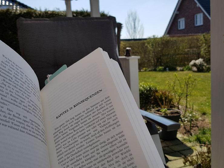 Lesend im Garten